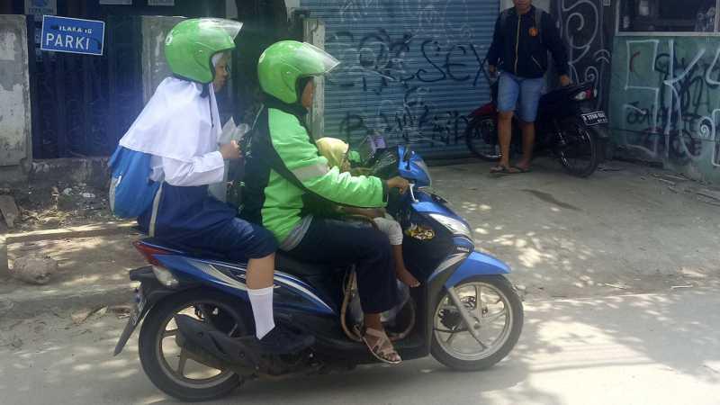 Tangis Haru Driver Grabbike Susi yang Membawa Anaknya Sambil Bekerja