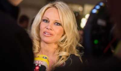 Pamela Anderson Tulis Surat untuk Kebebasan Assange