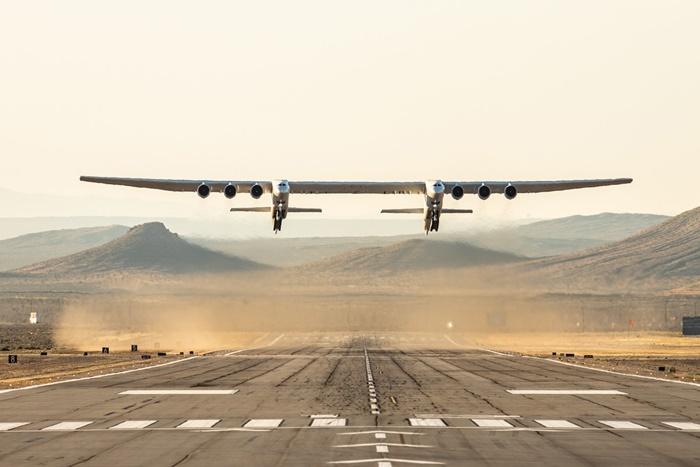 Pesawat Terbesar di Dunia Ciptaan Paul Allen Berhasil Mengudara