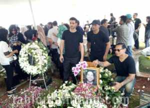 Pemakaman Faldy Albar, Isak Tangis Tatkala Ahmad Albar Kumandangkan Adzan