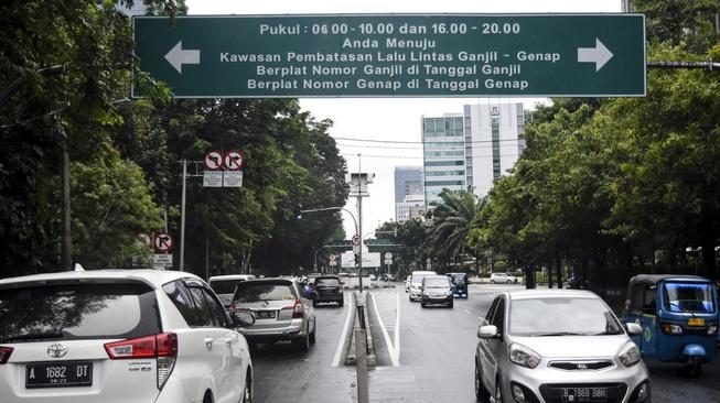 Taksi Online Bebas Ganjil Genap: Bagaimana Nasib Transportasi Umum?