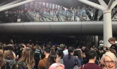 Ratusan Penggemar Harry Potter Padati Stasiun King's Cross