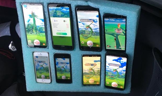 Sopir Ini Pakai 8 Ponsel untuk Main Pokemon Go