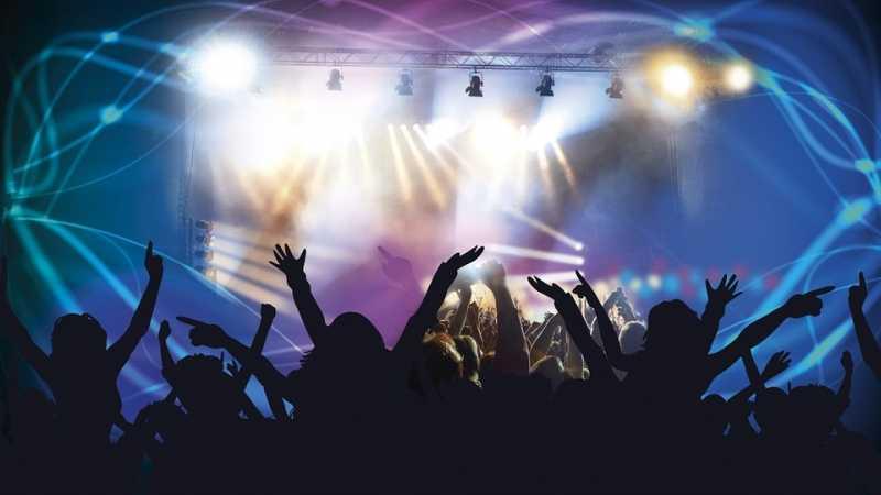 Cewek Ini Bantu Ayahnya yang Tuli untuk Menikmati Konser Band Rock