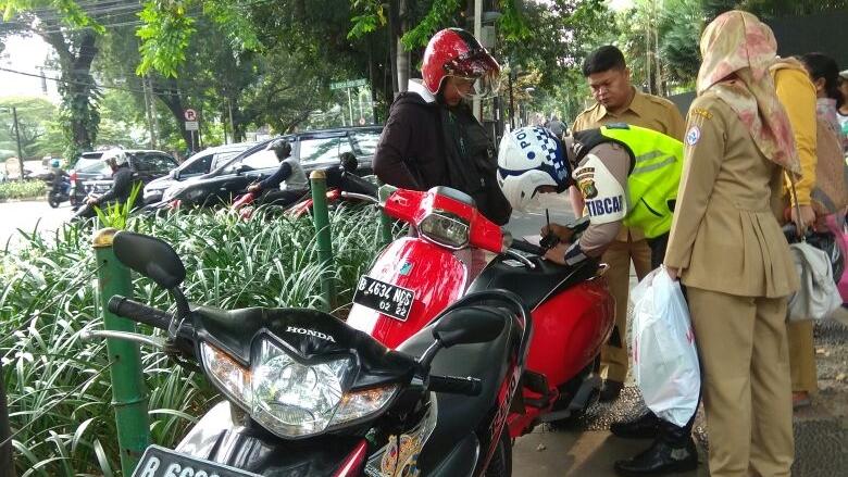 Para Pahlawan Trotoar yang Berani Mengadang Pemotor