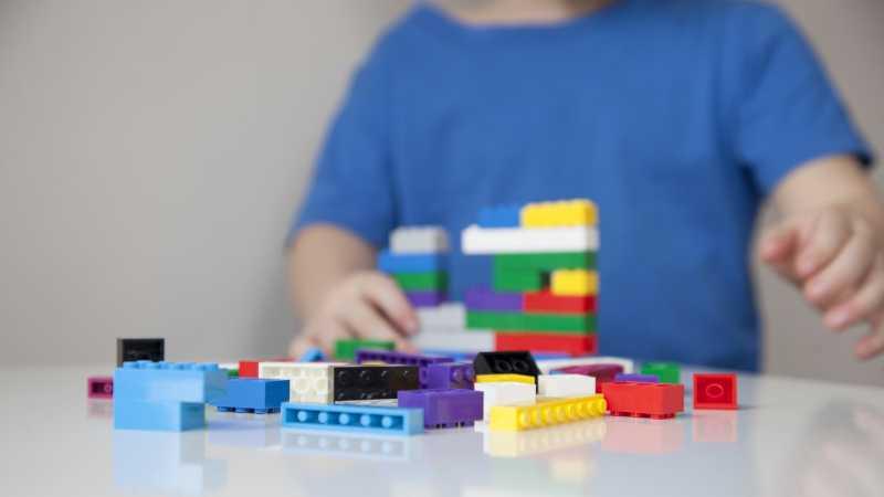 Alasan Kenapa Anda Tetap Perlu Memberi Anak Mainan Meski Ada Gadget