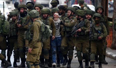 Viral! Foto Remaja Palestina tak Berdaya Dikelilingi Tentara Israel