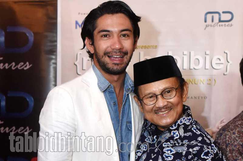 Reza Rahadian Ikut Menyambut Jenazah BJ Habibie di Rumah Duka