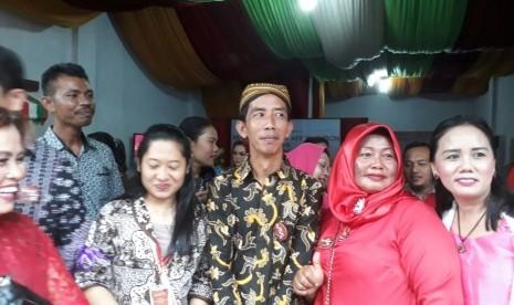 Warga Berebut Selfie dengan 'Jokowi'