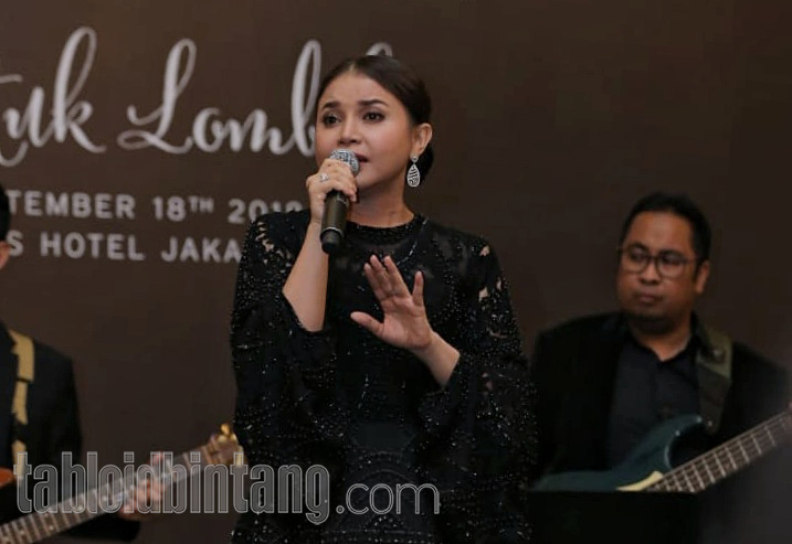 Tasya Kamila Beri Kado Selendang Gucci Untuk Ultah Rossa