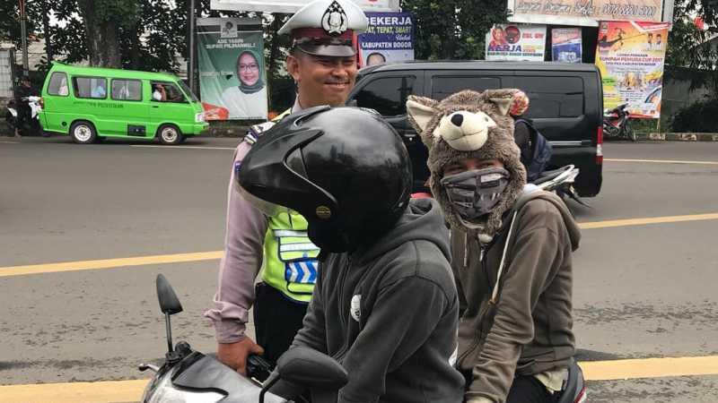 Coba-coba Pakai Helm Boneka, Pemotor Ini Kena Tilang