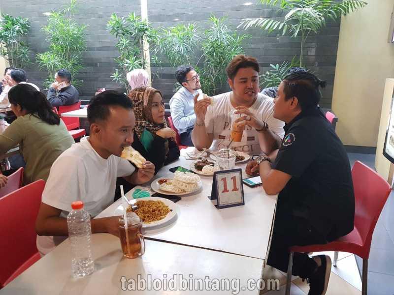 Saat Ruben Onsu dan Ivan Gunawan Cuek Makan di Kantin Karyawan