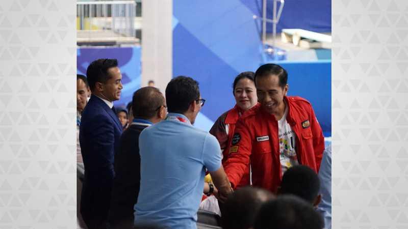Momen Keakraban Jokowi dan Sandi saat Nobar Final Renang Asian Games
