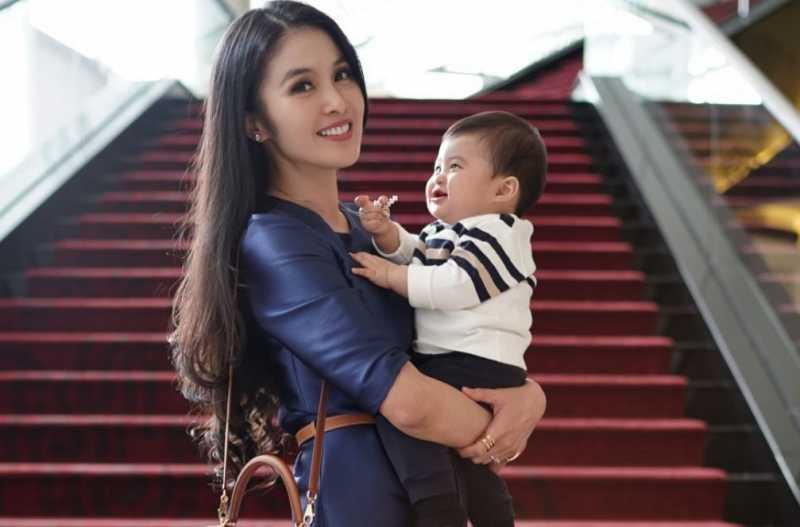 Sandra Dewi Menikmati Momen Menyusui