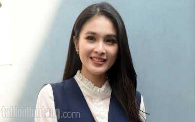 Hamil 9 Bulan, Sandra Dewi Masih Bisa Pakai <i>Hot Pants</i>