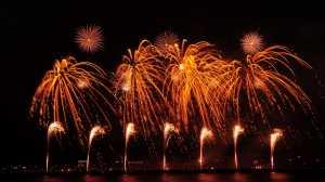 Sambut Tahun Baru, Ini Tips Aman Nonton Kembang Api Bersama Balita