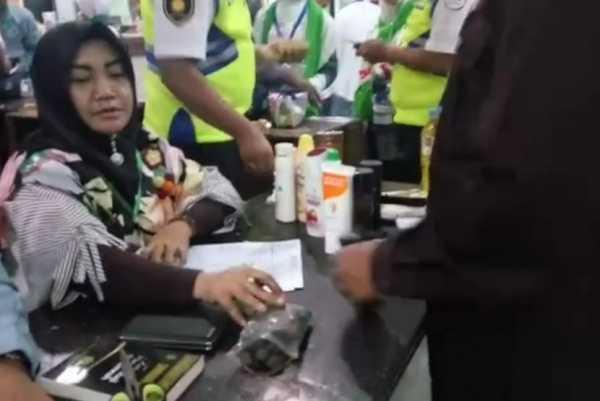 Petugas Sita Kerikil Hingga Palu dari Jamaah Haji