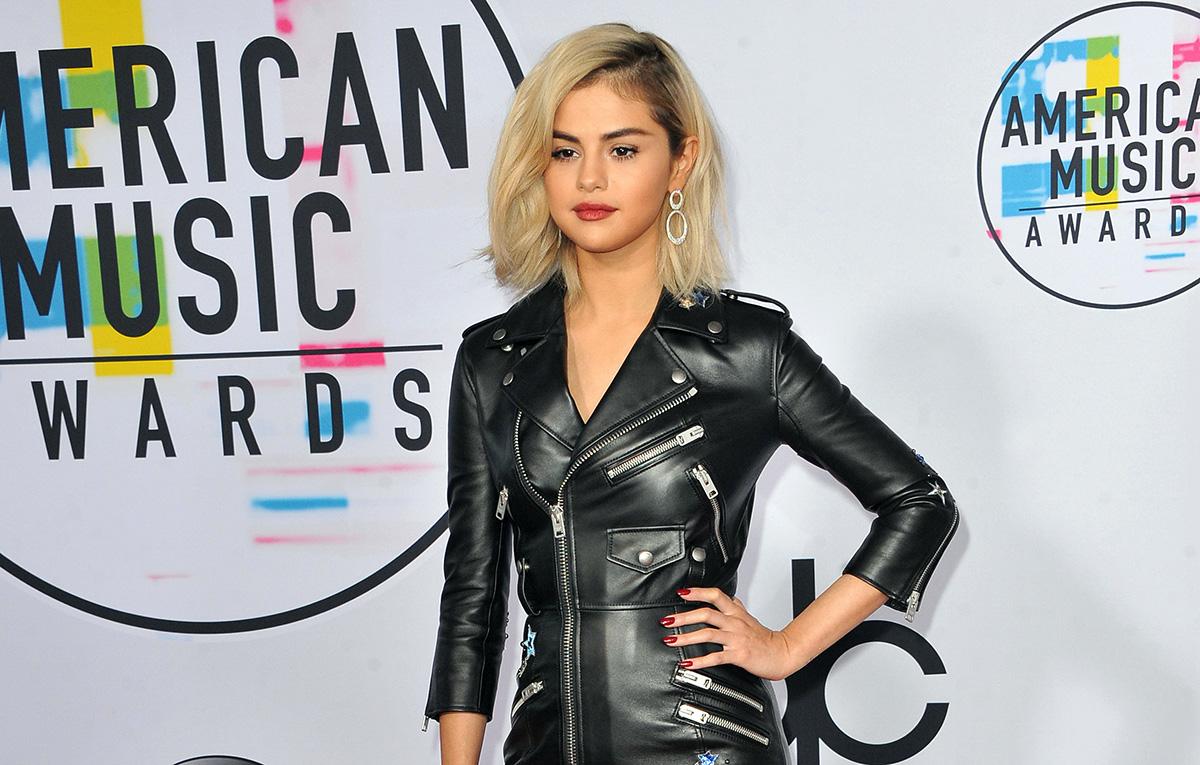 Selena Gomez Desain Pakaian Renang yang Menutupi Luka Akibat Operasi Ginjal