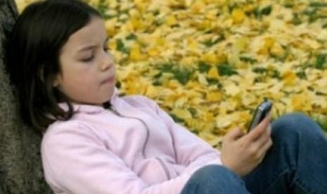 Terlalu Lama Menatap Layar Ponsel Pengaruhi Perilaku Anak