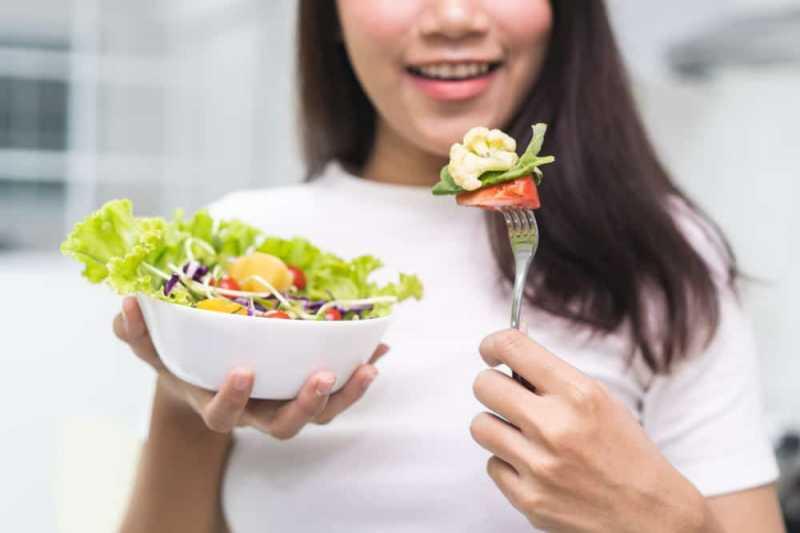 Rutin Makan Salad Bikin Usia Otak Jadi Lebih Muda? Ini Penjelasan Ahli