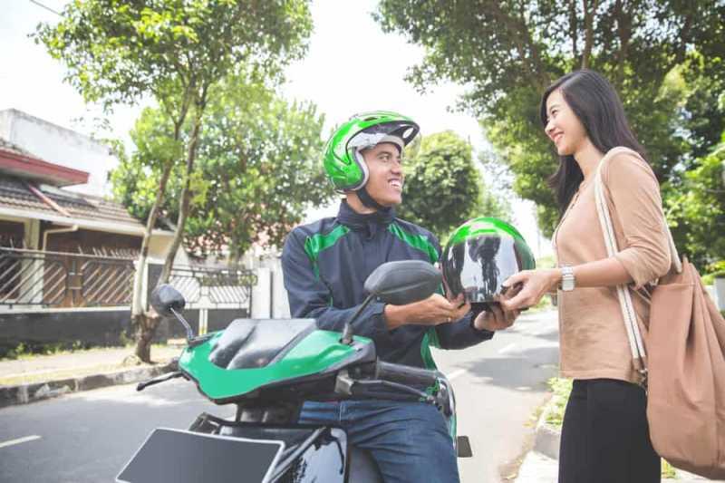 4 Risiko Kesehatan Akibat Sering Pinjam Meminjam Helm