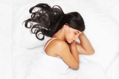 Jangan Langsung Tidur Kalau Rambut Masih Basah Habis Mandi! Ini Bahayanya