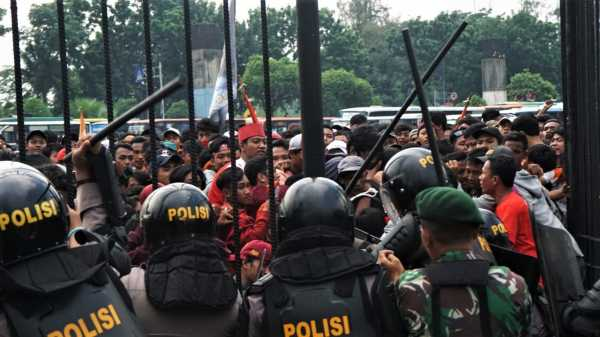 Suporter Persija Memaksa Masuk ke GBK, Polisi Tembakkan Gas Air Mata