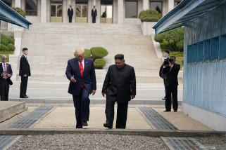 Trump Injakkan Kaki di Korea Utara