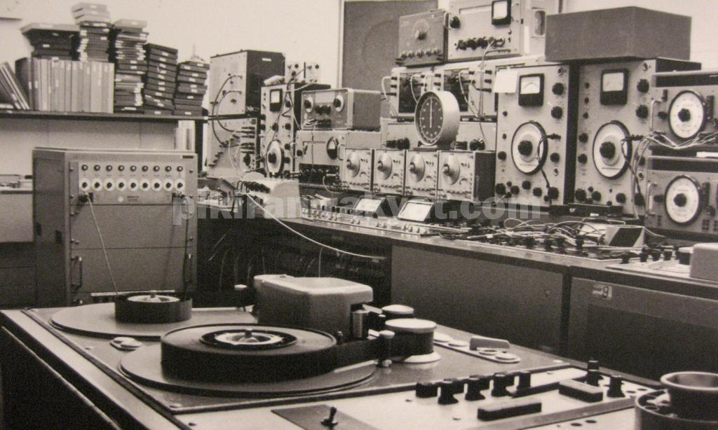 Studio Musik Elektronik, Hasil Kolaborasi Ahli Fisika dan Musisi