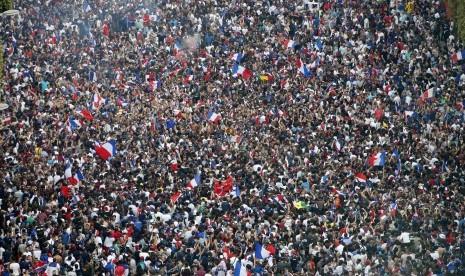 Pesta Prancis Diwarnai Mobil Terbalik Hingga Jendela Pecah