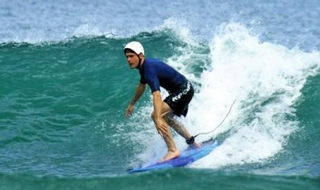 Surfing di Bibir Lautan Pasifik