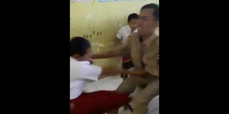 Ouch! Siswi SD Takut Disuntik, Guru Dapat `Tendangan Maut`
