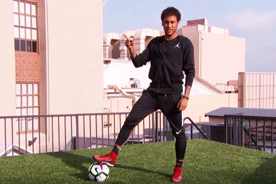 Tonton Neymar Jr. Mencetak Gol dari Atas Gedung