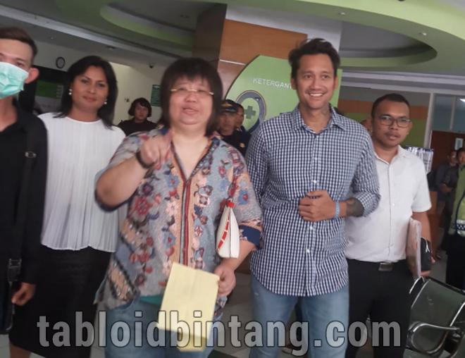Bebas Sementara, Tora Sudiro Sumringah Berpose Membentuk Simbol Hati