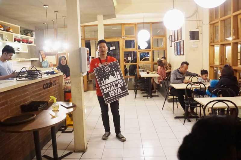 Di Kedai Kopi di Bandung ini, Diingatkan Waktu Salat