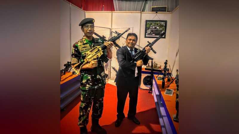 Gaya Jokowi Bak Rambo Tenteng Senjata Serbu Buatan Pindad