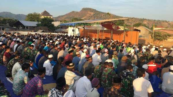Korban Gempa Lombok Tetap Laksanakan Salat Idul Adha di Pengungsian