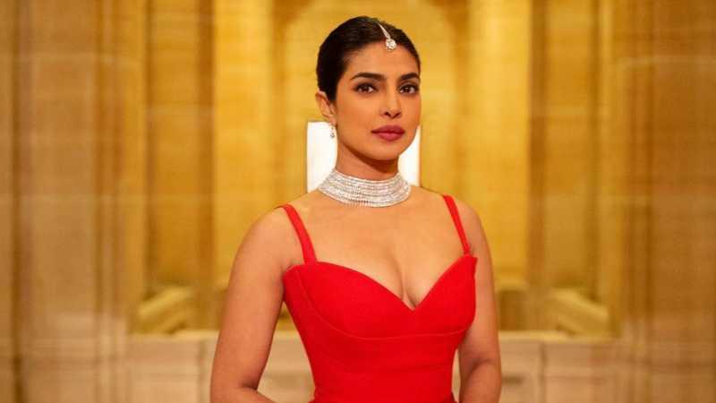 Priyanka Chopra Kembali Memukau Dunia Mode Lewat Gaun Merah dari Dior