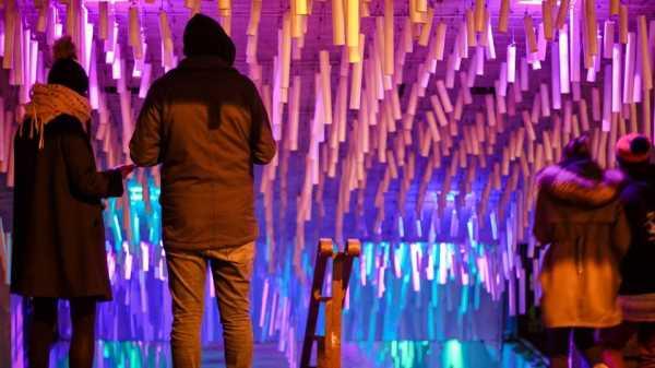 6 Ide Dekorasi Murah Meriah Menggunakan Lampu Warna-warni