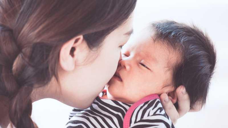 Mencium Bayi Baru Lahir Berbahaya, Benarkah?