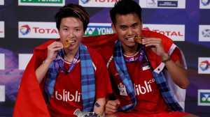 Atlet-atlet yang Menggigit Medalinya